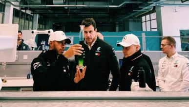 Hamilton y Bottas en un evento con Petronas