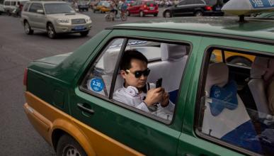 Los taxistas tratan de evitar el taxímetro con los turistas.