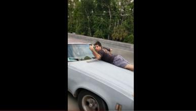 hombre evitar robo capo su coche