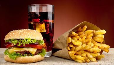 Hamburguesa, refresco, patatas fritas