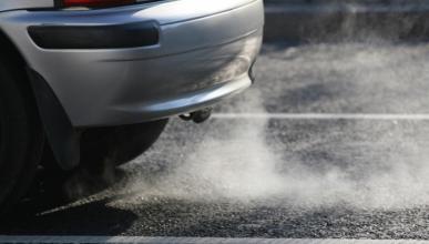 ¿Por qué mi coche echa humo negro?