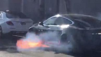 Tesla incendiado
