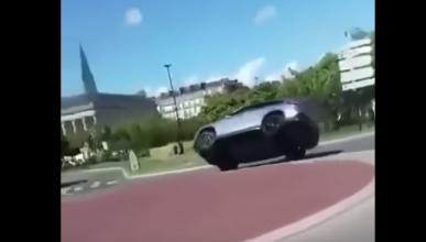 Vuelca con un Mercedes en una rotonda