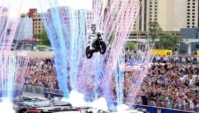 Travis Pastrana hace historia y homenajea a Evel Knievel