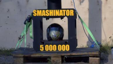 Casco de moto destrozado por el 'Smashinator'
