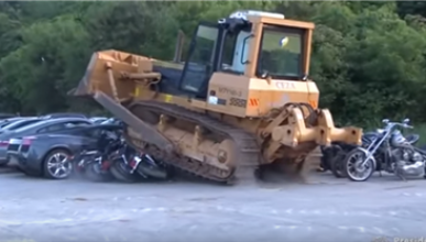VÍDEO: El Gobierno de Filipinas destroza con una apisonadora coches importados ilegalmente