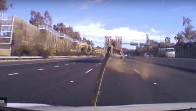 VÍDEO: Un trozo de metal se estampa contra el parabrisas de un coche en marcha
