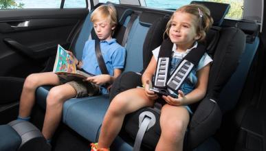 5 coches caben tres sillas para niños