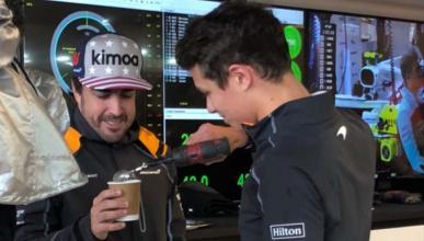 Lando Norris prepara un café a Fernando Alonso