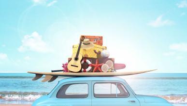 Un coche con equipaje en el techo