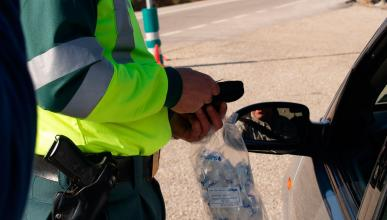 Un Guardia Civil en un control de alcoholemia