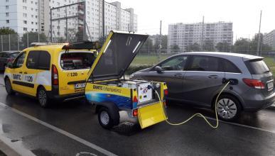 El bulo del coche eléctrico que cargan con un 'generador de gasolina'
