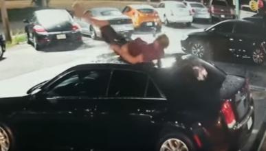 cae sobre techo coche concesionario