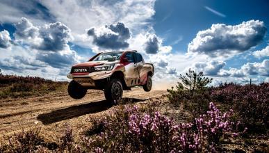 Fernando Alonso con el Toyota del Dakar en Polonia