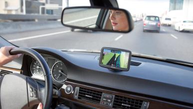 Mujer conduce con la ayuda de su navegador GPS