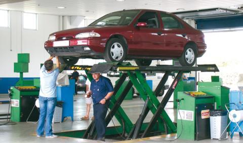 Cuándo pasar la itv, vehículo pasando la inspección