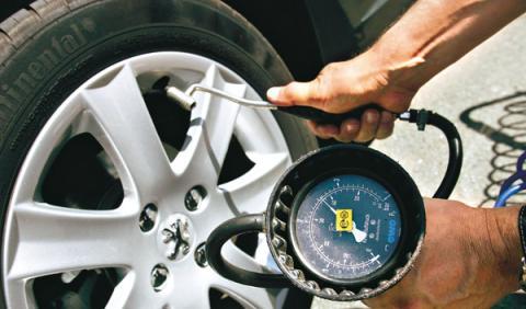 Montaje y equilibrado de las ruedas para el mantenimiento de los neumáticos