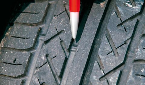 1,6 mm es el desgaste máximo permitido de las ranuras de los neumáticos