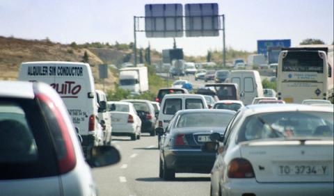 Tráfico de salida en la autovía durante la operación salidad del puente de agosto