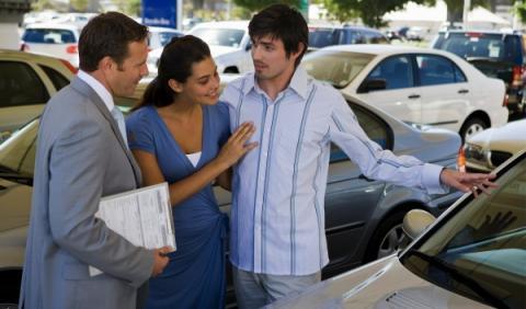 Los concesionarios venden siete coches a la semana