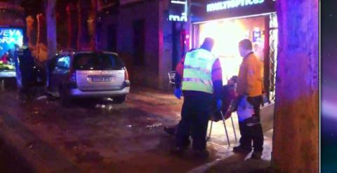 Dos heridos graves al invadir un coche la terraza de un bar