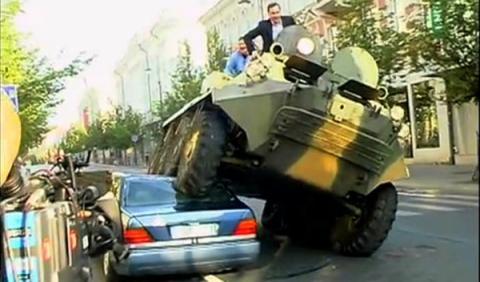 Aplasta un coche con un tanque para defender el carril bici