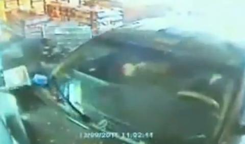 Intenta atropellar a su novia y destroza una gasolinera