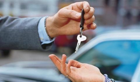 Entrega de llaves de un coche de alquiler