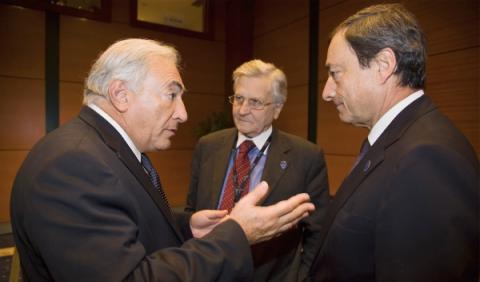 Mario Draghi, sin cinturón de seguridad y al teléfono móvil