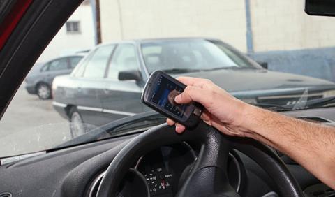Las distracciones al volante: nueva campaña de la DGT
