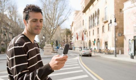 La Policía multa por escribir con el móvil