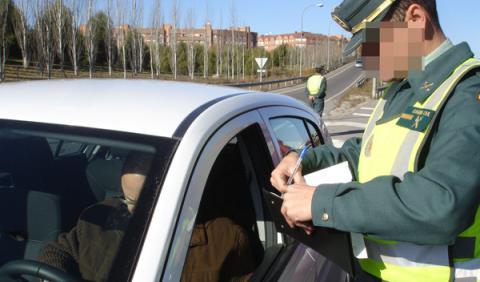 Agente de tráfico multando