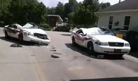 Se enfada y aplasta siete coches de policía con su tractor