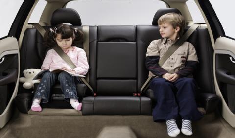 Niños con cinturón de seguridad