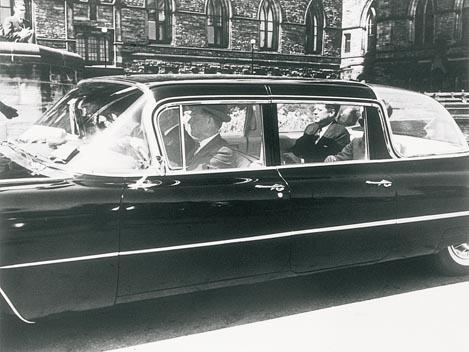 1961: El presidente Kennedy -el año de su nombramiento-, en su Cadillac Fleetwood de visita por Canada.