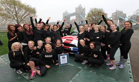 Equipo de gimnastas que consiguió el Record Ginness dentro de un Mini