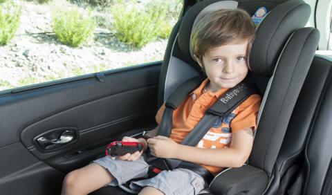 Niño en sillita de auto