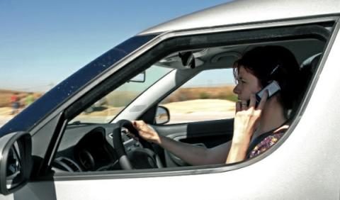 El 31% de los jóvenes usan el teléfono móvil al conducir
