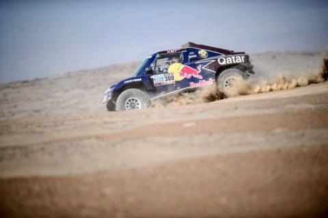 Rally Dakar 2013: Carlos Sainz abandona y Roma se atasca