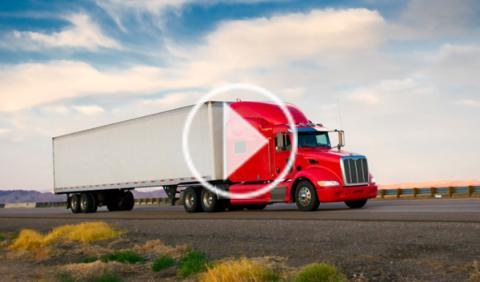Un camión con volquete, a punto de aplastar a un motorista