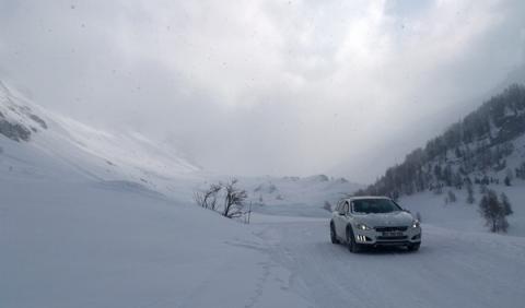 Peugeot Hybrid4 en Los Alpes