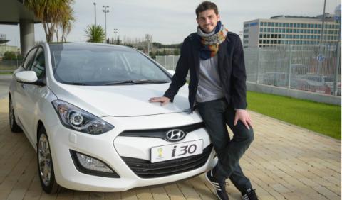 Iker Casillas junto al Hyundai i30