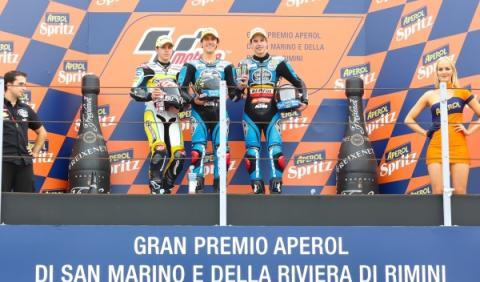 Maverick Viñales, Álex Rins y Álex Márquez, en el podio del GP de San Marino.