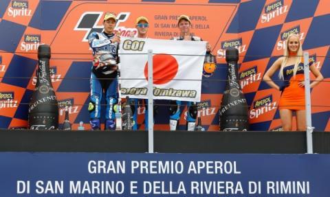 Nakagami, Pol Espargaró y Rabat, homenajeando a Shoya Tomizawa en el podio del GP de San Marino.