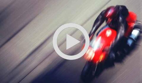 Un motorista se salva de un accidente por los pelos