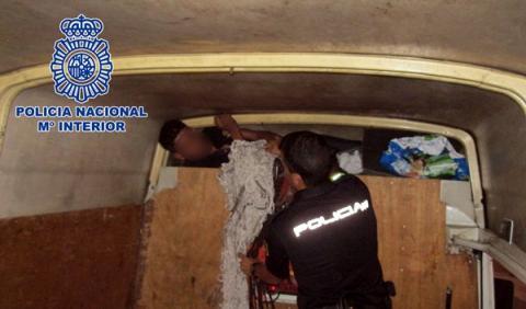 La Policía halla a un inmigrante en el techo de una furgoneta.