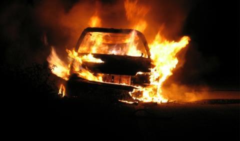 Estrellan su coche y lo incendian