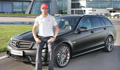 Jenson Button recoge su Mercedes DR 520