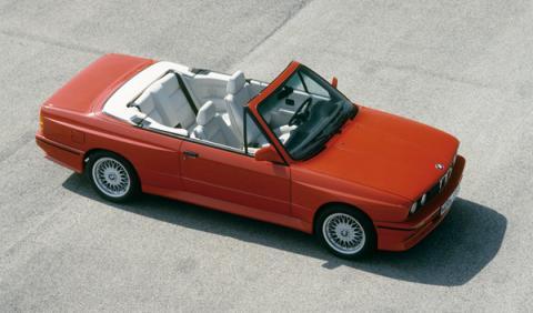 En 1988 debutó una versión muy esperada: la descapotable, con 215 CV y una veloc