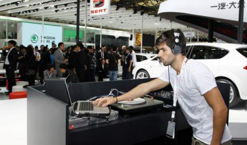 Alguersuari hace de DJ en el stand de Seat en Shangai